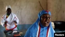 Seorang perempuan bernyanyi di ibadah Paskah hair Minggu di sebuah gereja di Garissa, Kenya, 5 April 2015.