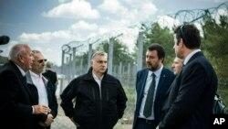 El premier húngaro Viktor Orban, centro, el ministro del Interior de Italia Matteo Salvini, 3ro desde la der., y el ministro del Interior de Hungría Sandor Pinter, 2do desde la izq. durante una visita a la frontera húngara-serbia a 180 kms al sureste de Budapest. 2 mayo 2019.