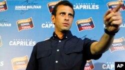 委内瑞拉反对派总统候选人卡普里莱斯在加拉加斯的记者会上