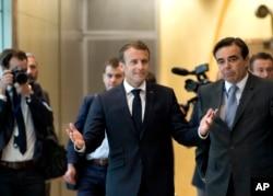 El presidente francés Emmanuel Macron (centro), llega a una cumbre informal de la UE sobre migración en la sede de la UE en Bruselas, el domingo 24 de junio de 2018. (AP Photo / Virginia Mayo).