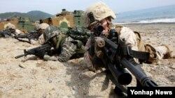 지난해 3월 한국 포항에서 미한 연합 독수리 연습의 일환으로 실시된 쌍룡훈련에서 한국군과 미군 해병대가 상륙훈련을 진행 중이다. (자료사진)