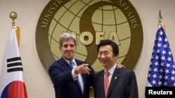 Menteri Luar Negeri AS John Kerry (kiri) bersama mitranya dari Korea Selatan, Yun Byung-Se di Kementerian Luar Negeri di Seoul (18/5).