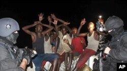 """Piratas somalis detidos por fuzileiros especiais da fragata portuguesa """"Alvares Cabral"""", depois da tentativa de ataque a traineira espanhola"""