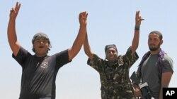 利比亚反叛武装的战士在进入扎维耶之际庆祝欢呼