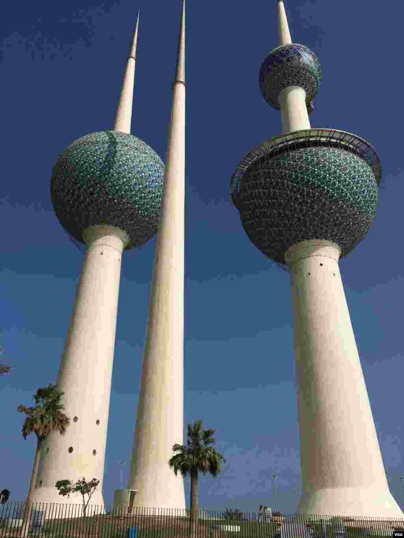 نمایی از برجهای شهر کویت. این سه برج بلند و باریک در سال ۱۹۷۷ ساخته شدند و در بالای دو برج آن رستوران و سالن پذیرایی قرار دارد.