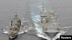 프랑스 해군의 미스트랄(오른쪽) 강습상륙함이 대서양에서 작전중 급유를 받고 있다. (자료사진)
