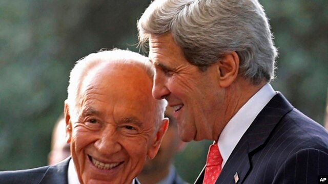 U.S. Secretary of State John Kerry (r) meets with Israeli President Shimon Peres in Jerusalem, May 23, 2013.