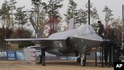 국제 항공우주-방위산업 전시회가 지난 29일 서울에서 개막한 가운데, 한국의 차기 전투기 후보 기종들이 치열한 홍보전을 벌이고 있다. 사진은 미국 록히드마틴 사의 F-35 전투기.