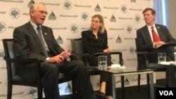 """在美国和平研究所(USIP)的一场活动上,众议院外交事务委员会副主席、佛罗里达州共和党众议员鲁尼(左一)表示,俄中等国诉诸""""锐实力""""削弱美国的全球影响力。(2018年11月28日)"""