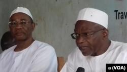 Les responsables du FONAC Front de l'Opposition Nouvelle pour l'Alternance et le changement Saleh Kebzabo, à droite, et Ahmat Mahamat Al-Habo, à gauche, animent une conférence de presse à N'Djamena, Tchad, 10 août 2016. (VOA/André Kodmadjingar)