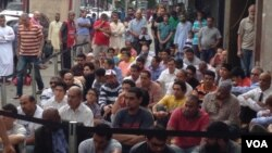 The mosque in Queens New York's Little Egypt neighborhood overflows for Friday prayers, Aug. 16, 2013. (Adam Phillips/VOA)