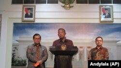 Menko Perekonomian Darmin Nasution di kantor Presiden Jakarta, Rabu 23 Desember 2015 menjelaskan kondisi ekonomi Indonesia 2015 dan prediksi 2016.(Foto: VOA/Andylala).