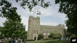 Pengunjung menjelajahi kampus Universitas Duke selama Blue Devil Days Senin, 24 April 2006 di Durham, N.C. (Foto: AP)