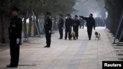 中國武警在北京街道站崗,攜帶警犬的保安人員在巡邏。 (資料照)