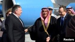 Menteri Luar Negeri AS Mike Pompeo disambut oleh Menteri Luar Negeri Bahrain Khalid bin Ahmed Al Khalifa setibanya di Bandara Internasional Manama di Manama, Bahrain, 11 Januari 2019.