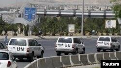 Mobil yang membawa anggota utusan PBB untuk Suriah bergerak meninggalkan kantor pusat PBB di Damaskus menuju daerah pusat unjuk rasa anti-pemerintah (13/5). Penyerangan terhadap desa al-Tamana menimbulkan keraguan lebih jauh atas kemampuan tim Kofi Annan