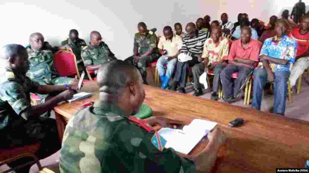 Maafisa wa jeshi la Congo wakizungumza na raia wa Nyamilima