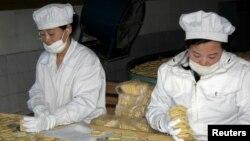 유엔 산하 세계식량계획(WFP)의 지원으로 북한 신의주 한 식품 공장에서 취약계층에 지급될 영양 비스킷이 생산되고 있다. (자료사진)