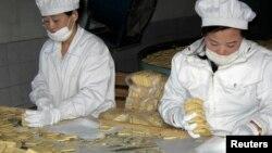 북한 신의주의 한 식품 공장에서 유엔의 지원으로 취약계층에 지급할 영양 비스킷을 생산하고 있다. (자료사진)