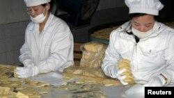 북한 신의주의 한 식품 공장에서 UN 산하 세계식량계획(WFP)의 지원으로 취약계층에 지급할 영양 비스킷을 생산하고 있다. (자료사진)