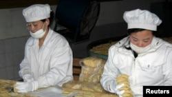 Công nhân Bắc Triều Tiên làm việc tại một nhà máy bánh quy ở quận Sinuiju, phía bắc Bình Nhưỡng.