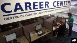 Seorang konsultan tenaga kerja mendampingi seorang pencari kerja dalam bursa tenaga kerja di Tualatin Oregon, July tahun lalu. Bulan ini (2/8) AS mencatat angka pengangguran terendah sejak Desember 2008.