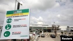 Imbauan Covid-19 Otoritas Bandara Federal Nigeria (FAAN) di bandara Internasional Nnamdi Azikiwe, Nigeria, menjelang dibukanya kembali penerbangan domestik di bandara tersebut, 8 Juli 2020.