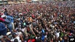 Le candidat de l'opposition Raila Odinga, à gauche, donne un discours à Nairobi, Kenya, le 13 août 2017.