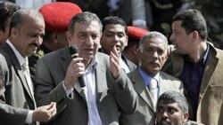 عصام شرف، نخست وزیر جدید مصر در میدان تحریر برای تظاهرکنندگان صحبت می کند