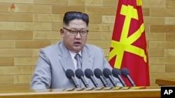 Pemimpin Korea Utara Kim Jong-un saat menyampaikan pidato tahunan Tahun Baru di lokasi yang tidak disebutkan di Korea Utara, 1 Januari 2018. (KRT via AP video)