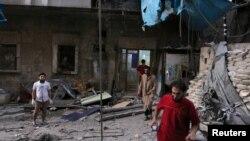 Медики перевіряють збитки, завдані польовій лікарні в результаті повітряного удару в Алеппо
