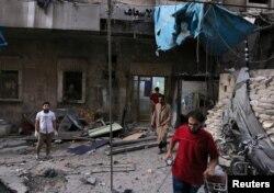 ເຈົ້າໜ້າທີ່ແພດ ກວດເບິ່ງຄວາມເສຍຫາຍ ຈາກໂຮງໝໍສະໜາມ ຫຼັງຈາກການໂຈມຕີ ທີ່ຄຸ້ມ al-Maadi ໃນເມືອງ Aleppo