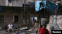 Médicos inspeccionan daños afuera de un hospital de campo luego de un ataque aéreo en el vecindario de al-Maadi, bajo control rebelde en Alepo, Siria. Sept. 28, 2016.