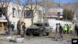Афганские службы безопасности исследуют место взрыва в Кабуле