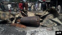 Des policiers déployés après une explosion dans le village de Konduga, dans le nord-est du Nigéria, le 12 février 2014.