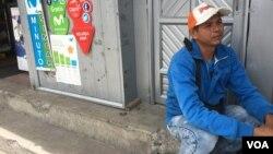 Marco Camacaro, 33, vende café en el puente internacional Rumichaca. Con el dinero que gana, él espera poder traer a su familia a Ipiales, Colombia, donde vive actualmente. [Foto: Alejandra Arredondo
