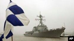 រូបភាពឯកសារ៖ នាវាកំទេចមីស៊ីល USS Lassen  បានចុះចតនៅទីក្រុងសៀងហៃ ប្រទេសចិន។