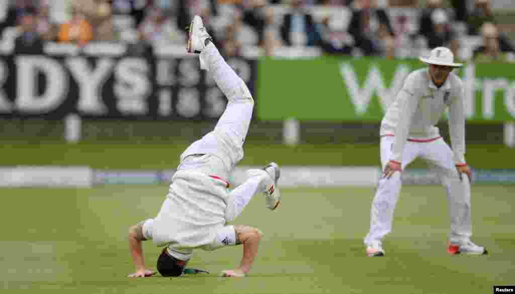 Ben Stokes da Inglaterra está acompanhado por Stuart Broad durante o quinto dia do primeiro jogo de teste entre a Inglaterra e a Nova Zelândia no campo de críquete em Londres.
