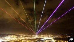 Un arc en ciel en laser, projeté dans le ciel de nuit de Scrabo Tour, le 16 mMars 2012.