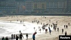 5月2日,西班牙政府部分解除为控制新型冠状病毒疫情而实行的限制或外活动禁令,人们在圣塞巴斯蒂安海滩活动。
