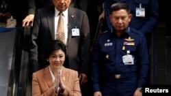 یینگلاک شیناوات، نخست وزیر تایلند (چپ)