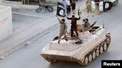 Borci Islamske države paradiraju ulicama severne Rake (Foto: Reuters)