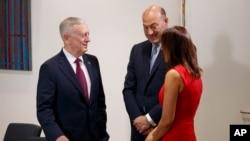 Le ministre américain de la Défense Jim Mattis à gauche