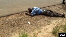 """Motoqueiro, ou """"kupapata"""", atropelado mortalmente pelo comandante da Polícia de Trânsito do Menongue (foto tirada por populares antes de chegar a polícia)"""