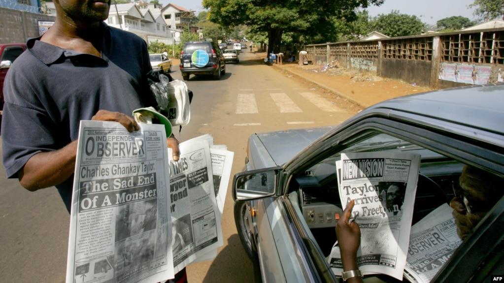 Les journaux sierra-léonais annoncent que l'ancien président libérien Charles Taylor a été inculpé de crimes par le Tribunal spécial pour la Sierra Leone, le 31 mars 2006 à Freetown.