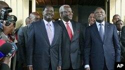 Le Premier ministre kenyan Raila Odinga (à gauche), les présidents Ernest Bai Koroma de Sierra Leone (au centre) et Laurent Gbagbo (à droite) posant pour les photographes au palais présidentiel, à Abidjan