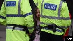 Một phụ nữ và một bé gái, khán giả của đại nhạc hội của ngôi sao nhạc pop Mỹ Ariana Grande, nói chuyện với cảnh sát gần Manchester Area sau vụ đánh bom, ngày 23/5/2017