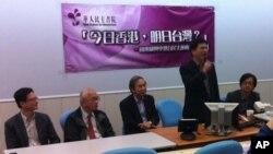 华人民主书院讨论会主席台上,发言者为林佳龙