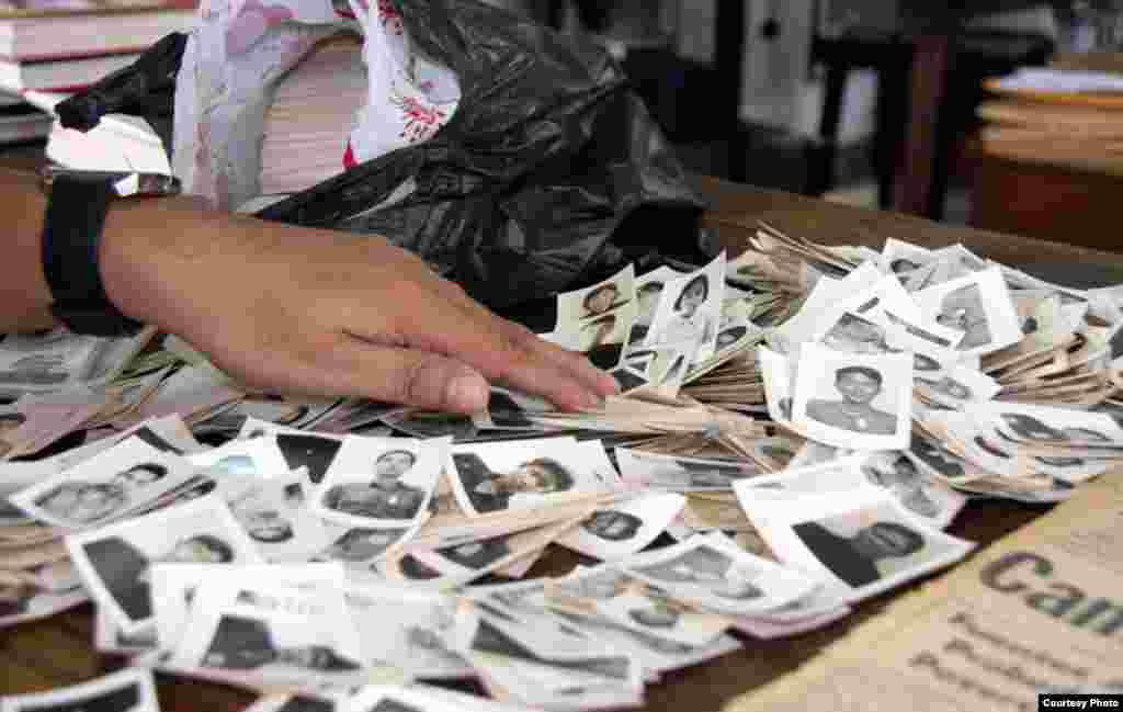 Một nhân viên phân loại các tấm ảnh vừa mới được tặng cho trung tâm. (DC-Cam)