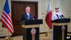 លោករដ្ឋមន្ត្រីការបរទេសអាមេរិក Rex Tillerson (រូបឆ្វេង) និងលោក Sheikh Mohammed bin Abdulrahman Al Thani រដ្ឋមន្ត្រីការបរទេសកាតាធ្វើសន្និសីទកាសែតមួយនៅក្នុងដូហា ប្រទេសកាតា កាលពីថ្ងៃទី១១ ខែកក្កដា ឆ្នាំ២០១៧។
